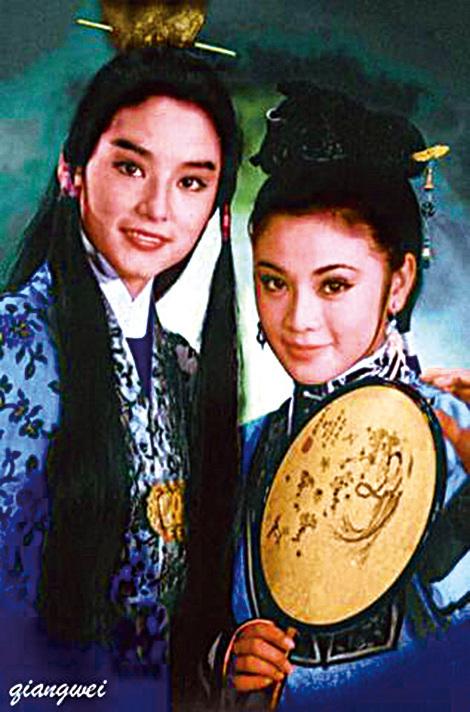 林青霞與張艾嘉在港片《金玉良緣紅樓夢》中的劇照。(網路照片)