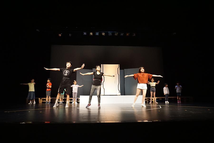 一眾演員與孩子們進行舞台劇彩排。(黃靜修/大紀元)