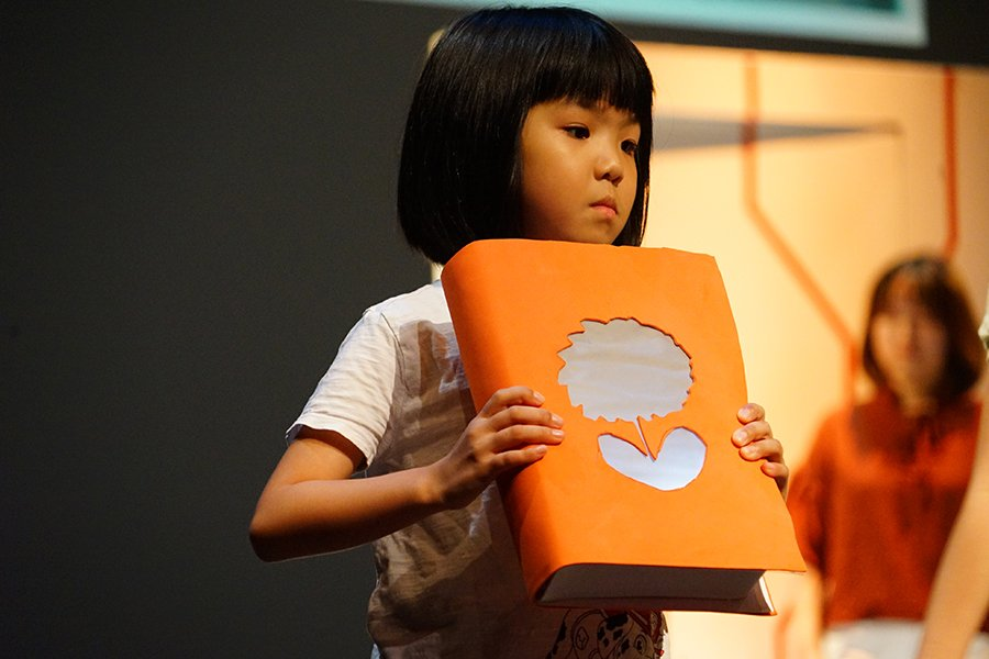 孩子們化身「讀書」機械人,令人反思究竟能從何處獲得童年應有的快樂。(曾蓮/大紀元)