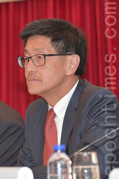 已宣佈提早退休的港鐵行政總裁梁國權,主持業績會時,就沙中綫工程監管不力再次致歉。(郭威利/大紀元)