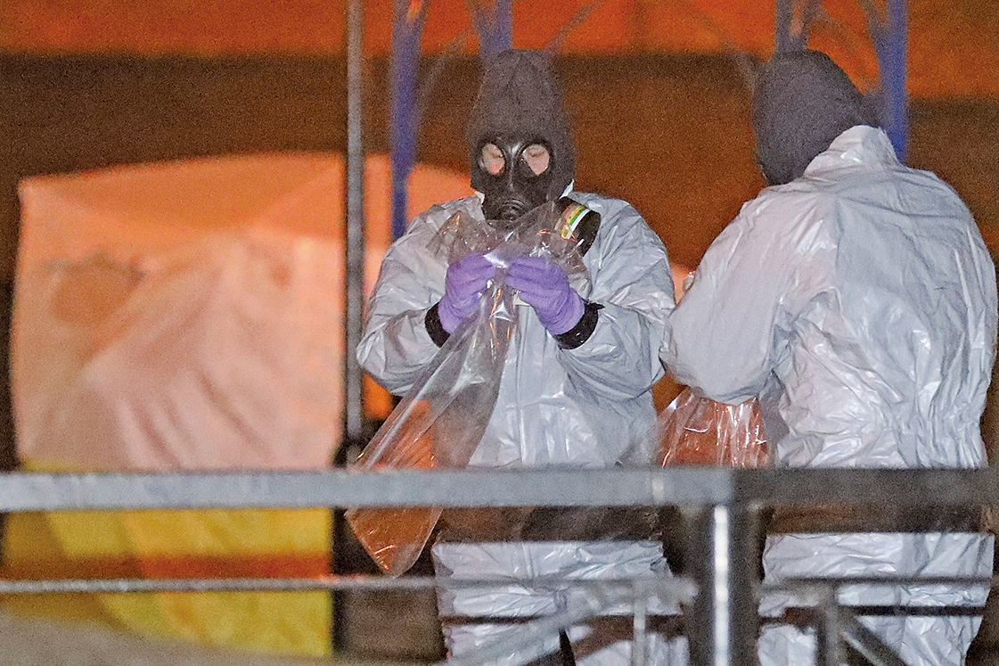 一名俄羅斯前特工在英國小城慘遭毒殺事件後,小城的經濟變得蕭條。圖為案發後,警方在調查。(Getty Images)
