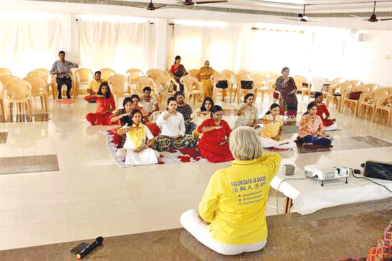 印度民眾在法輪大法教功班上學煉第五套功法。(明慧網)