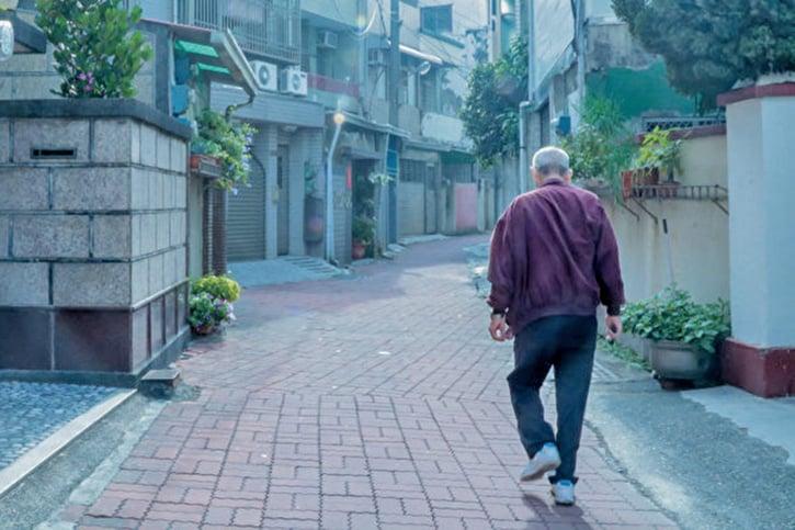 老人腿腳不便,走路吃力。日本本田發明了行走輔助器,可幫助老人和復健中的病患行走。(Shutterstock)