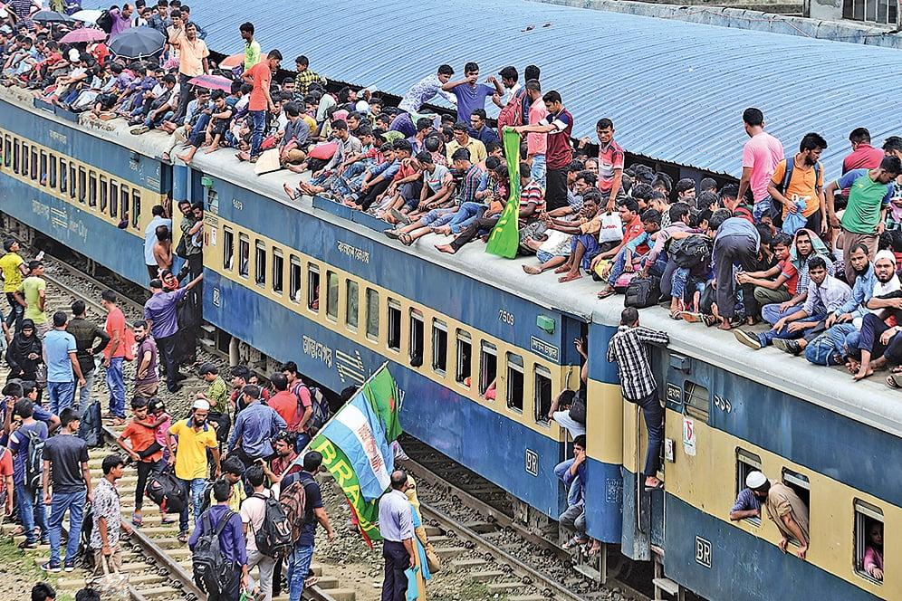 近年來,中共向南亞投入數十億美元資金,以實現新絲綢之路計劃,讓印度越發感到不安。圖為孟加拉首都達卡一輛載客列車。(AFP)
