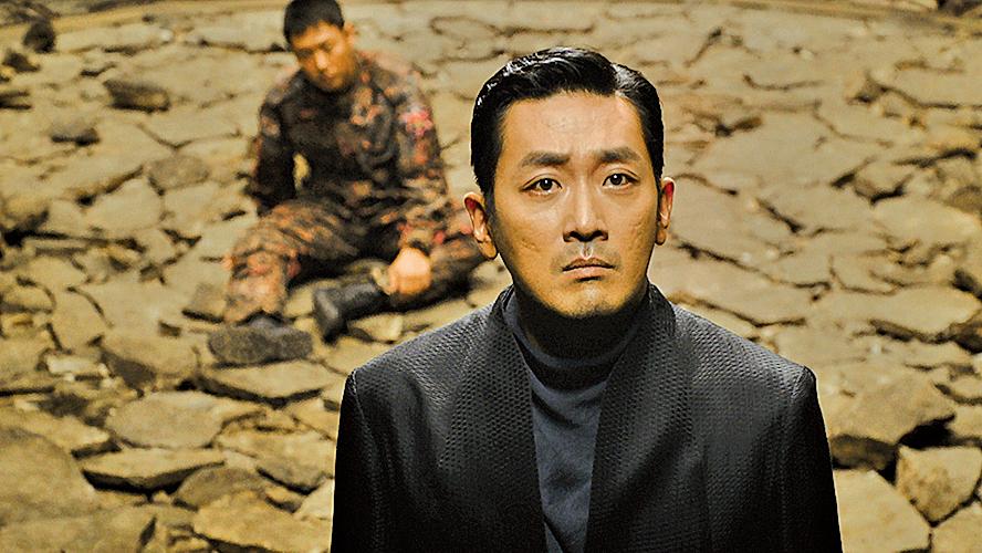 「江林使者」河正宇(前)與金秀鴻(後)的戲份是電影另一主線。