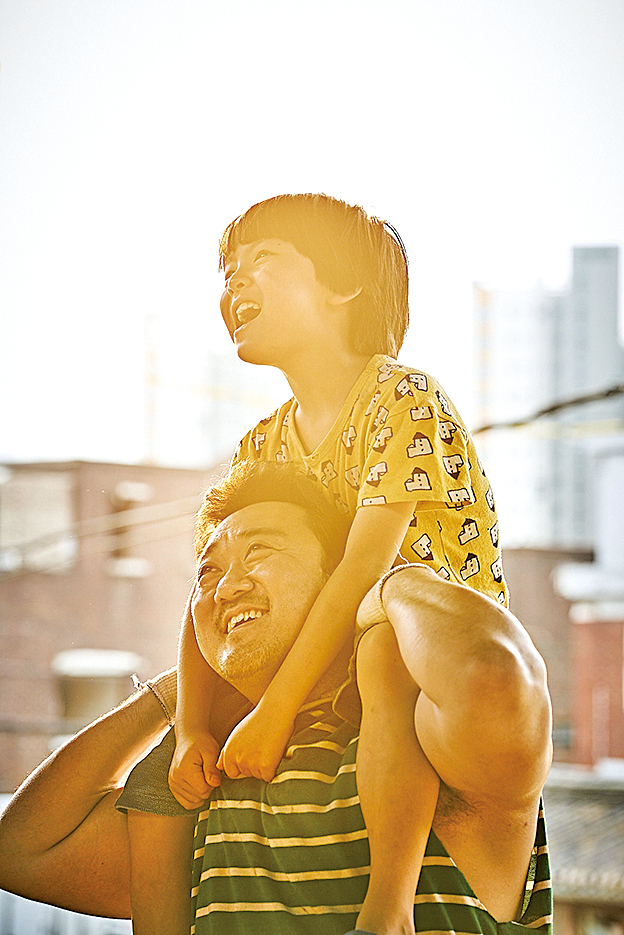《與神同行:最終審判》劇照,上為鄭智薰,下為馬東石。