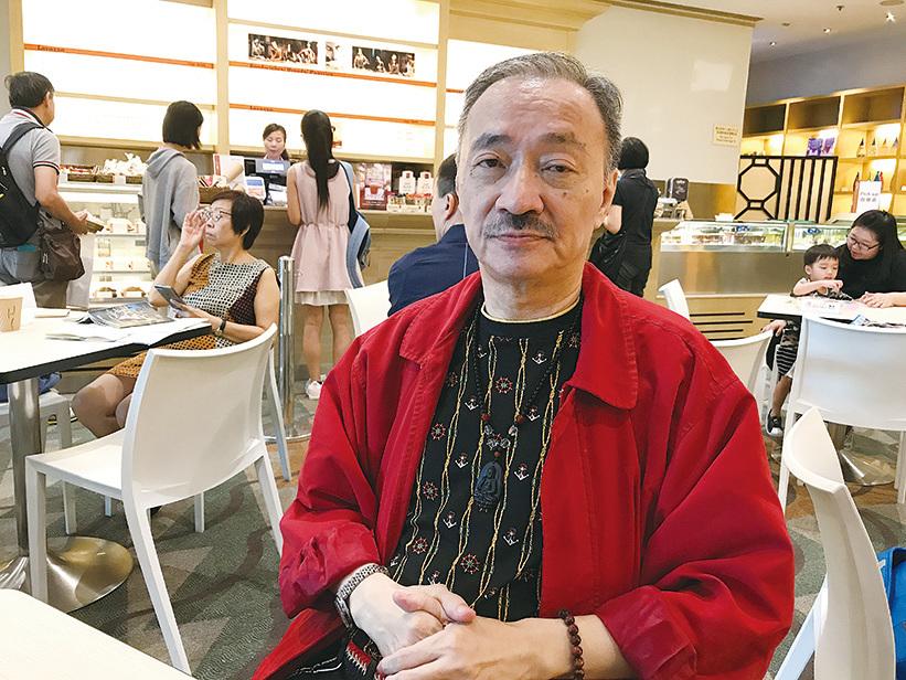 作家沈西城表示「花無百日紅」,藝人漫天要價,最後令製作人只能棄而求其次。(王文君/大紀元)