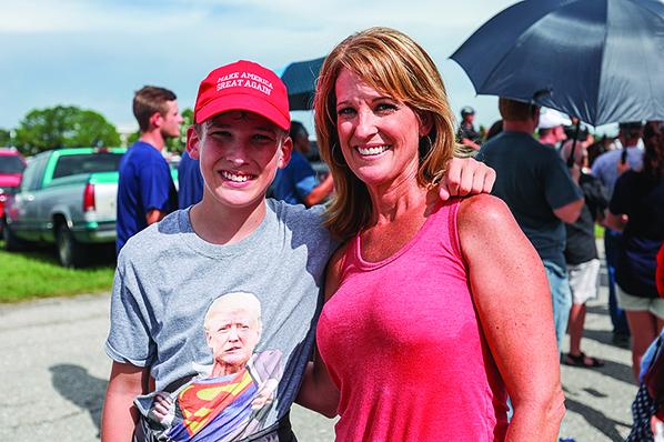 Nena Chancy和小兒子Hayden,Hayden身著支持特朗普的服裝。(Charlotte Cuthbertson∕大紀元)
