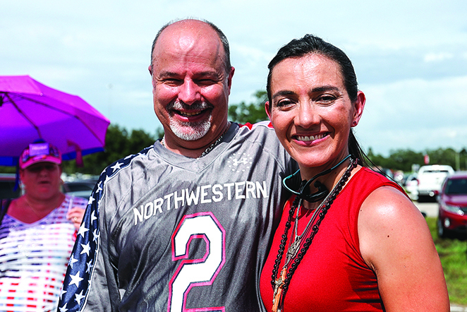 Henry Kones和妻子Paula一起參加支持特朗普的集會。(Charlotte Cuthbertson∕大紀元)
