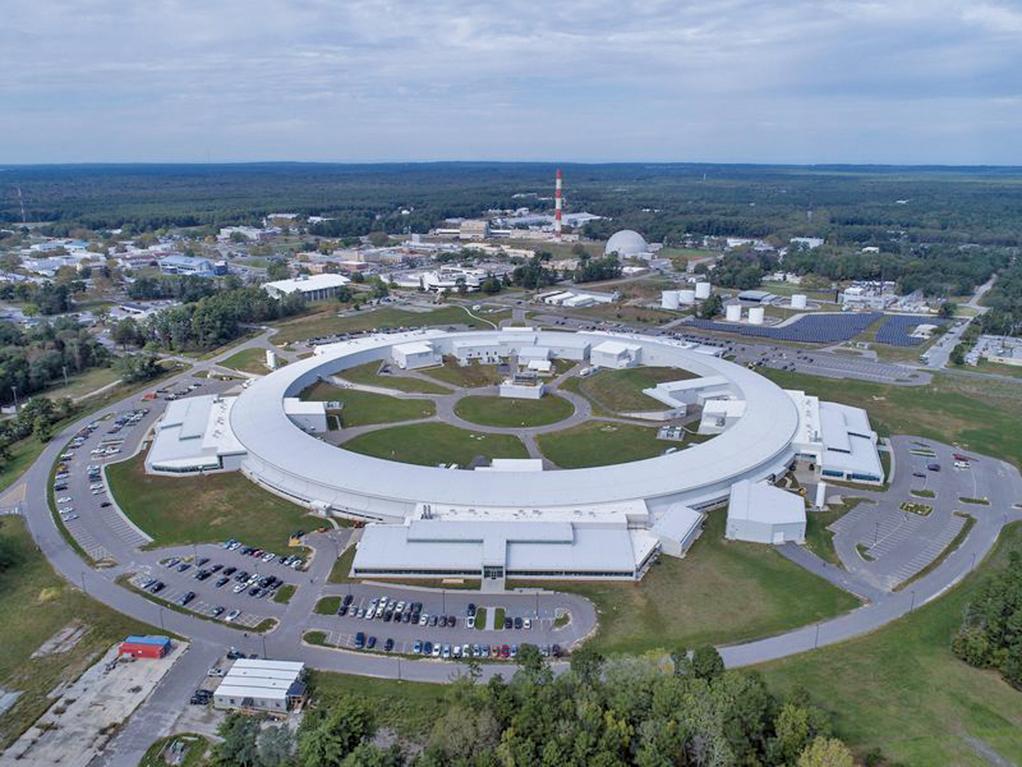 對於質子、中子與原子的基本組成粒子,儘管科學家們已有所識別,但其實我們並不知道質子或者原子核到底是甚麼樣的。為提升粒子物理學的研究,美國高調支持建造名為電子-離子對撞機(Electron-Ion Collider,EIC)的新型粒子加速器。(Brookhaven National Laboratory)