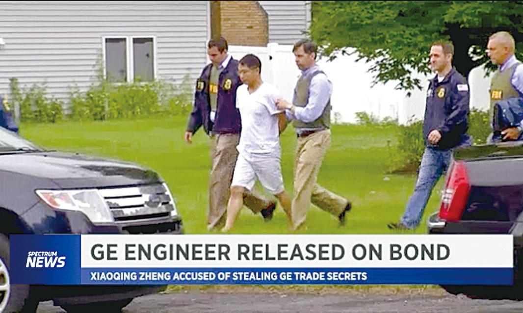 鄭小清被警方從家中帶走。 (Spectrum News電視台截圖)