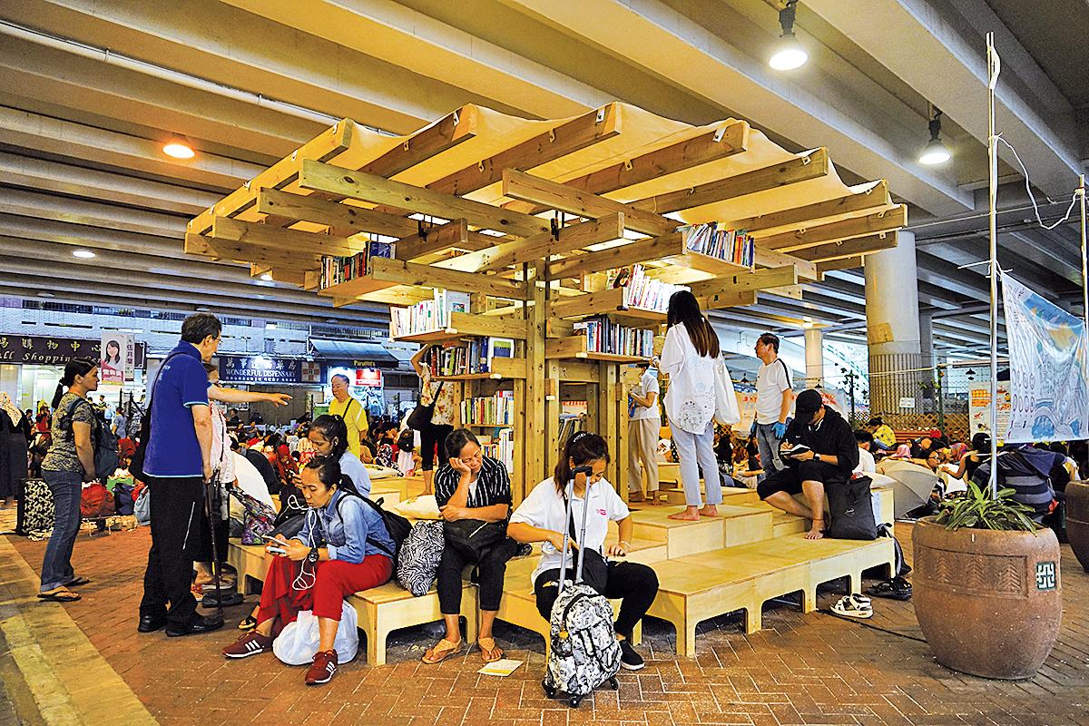 中文大學建築系學生設計的「書樹」吸引市民前往尋找心儀的書籍。