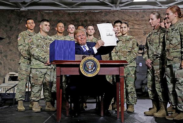 美國總統特朗普8月13日在紐約Fort Drum軍事基地簽署了2019財年《國防授權法案》。(大紀元資料室)