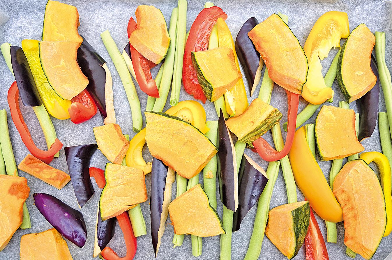 當季蔬菜南瓜、黃甜椒、紅甜椒、四季豆、茄子灑上鹽胡椒入焗爐烤15分鐘。