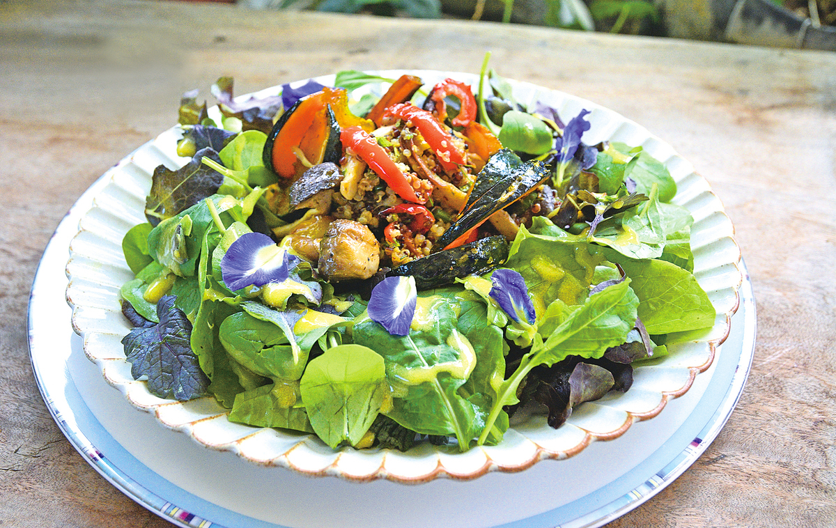 滋味豐富的哈里薩藜麥烤蔬菜沙律。
