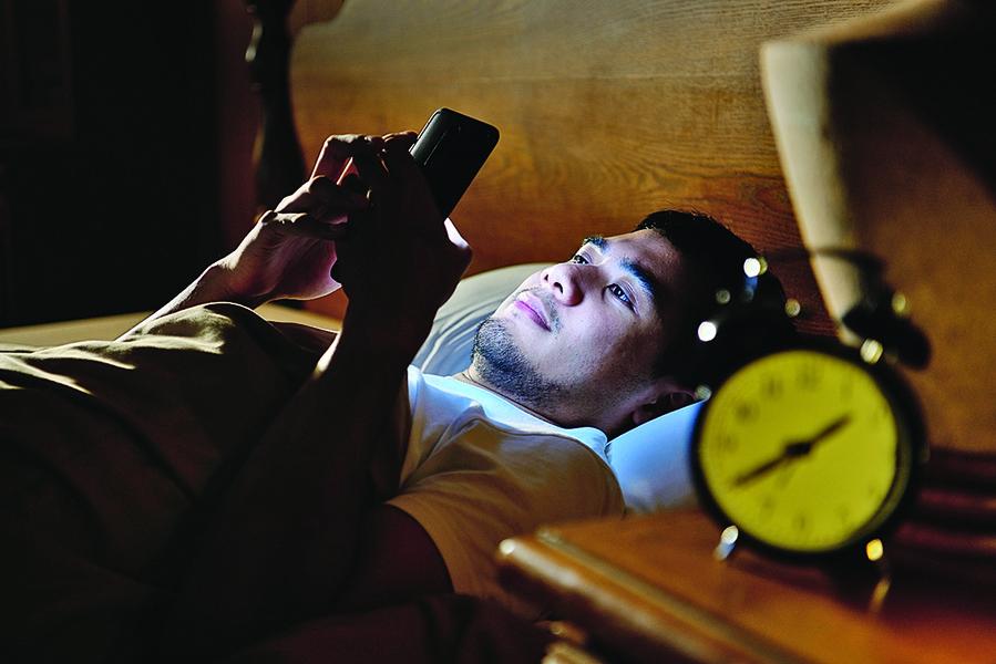 研究:手機與電腦藍光 會促發眼睛失明