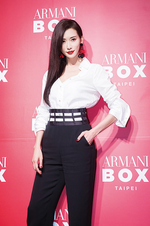 林志玲白襯衫搭配黑褲俐落亮相。(陳柏州/大紀元)
