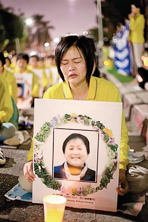 江莉在悼念被迫害致死的法輪功學員的活動上痛哭。(Benjamin Chasteen/EET)