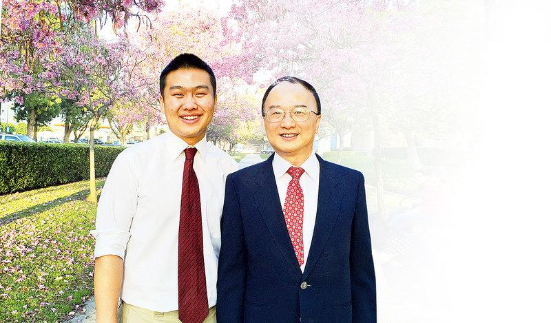 加州理工學院的應用計算機數學教授侯一釗和入圍全美「英特爾科學獎」(Intel STS)決賽的兒子侯志達(Juliet Zhu/大紀元)