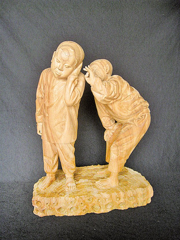 木刻作品《畫面》 樟木香裏飄盪著兩個小孩不同的心情(丁宗華提供)