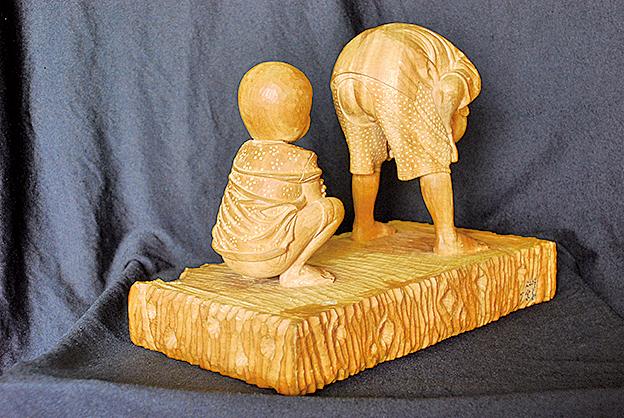 木雕《開襠褲的童年》木頭顯露了兩顆不同的童心。