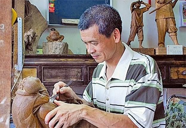 丁宗華懷著對木雕藝術的熱衷,用一顆純樸的心雕出了傳統的美。