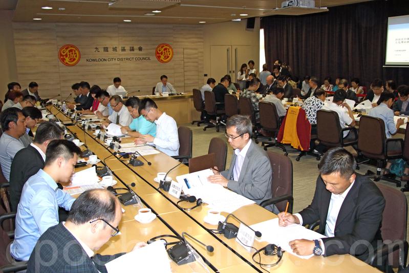 九龍城區議會昨日下午舉行特別會議,討論沙中綫工程導致附近大廈沉降事件。(蔡雯文/大紀元)