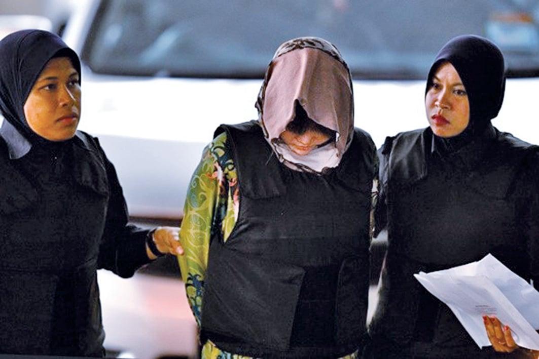 北韓金正男去年在大馬遭毒殺身亡案,法官周四(16日)宣判,2名涉案女子,謀殺罪名成立。圖為越南女子段氏香(Doan Thi Huong 中)周四出庭。(AFP)