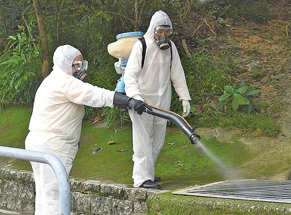衞生防護中心再確診3宗本地感染的登革熱,形容目前形勢嚴峻,前所未有。圖為食環署昨在葵涌滅蚊。(政府新聞網)