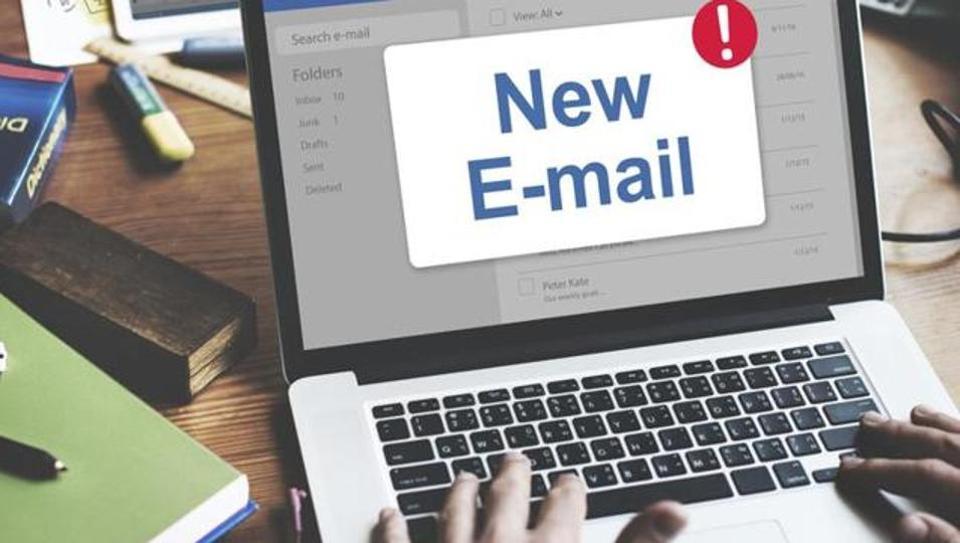 在非工作時間,僱主期望查看工作相關電子郵件,會使員工焦慮,並對他們的健康、人際關係以及家庭成員健康產生不利影響。(Shutterstock)
