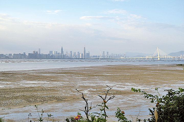 從稔灣路遠眺深圳蛇口。