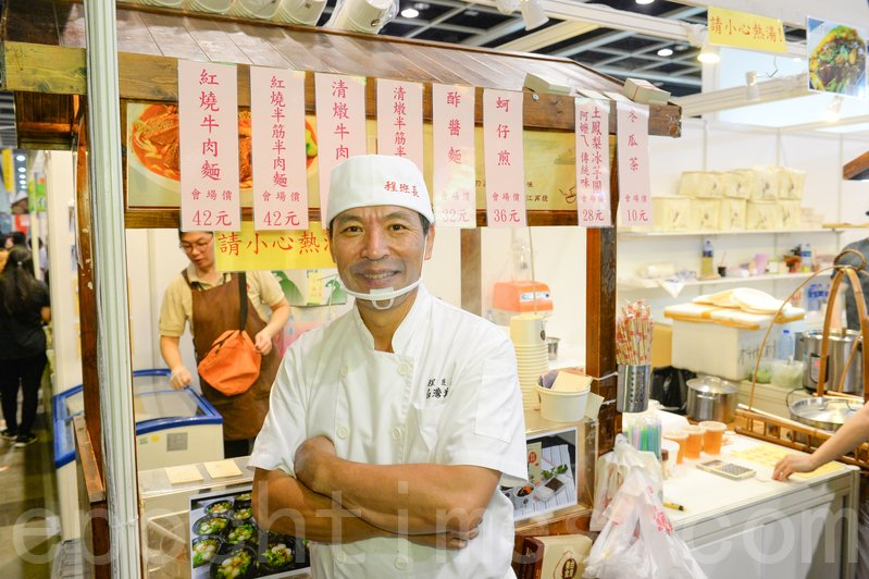 程班長每日準備賣千碗牛肉麵饗客。(宋碧龍/大紀元)