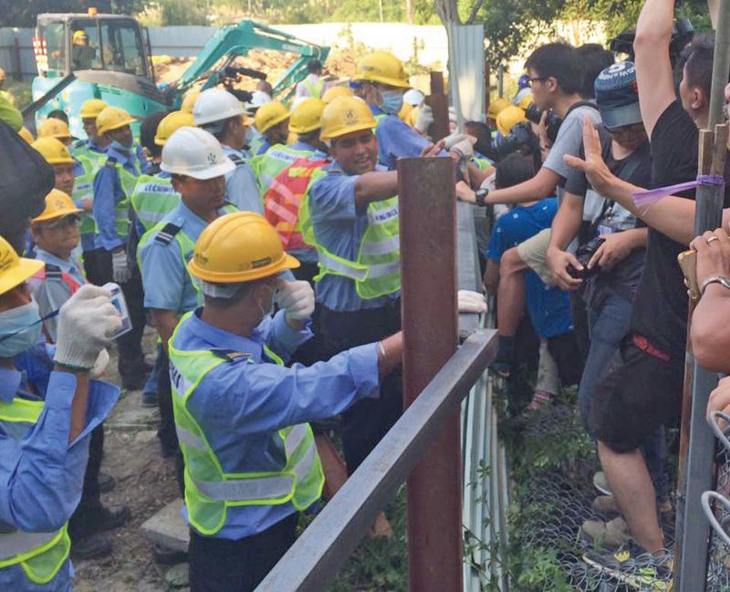 恒地昨日派出約150名保安到馬屎埔收地,與在場留守的村民及示威者發生多次衝突,行動持續到晚上。(「東北告急,無你點得?」圖片)