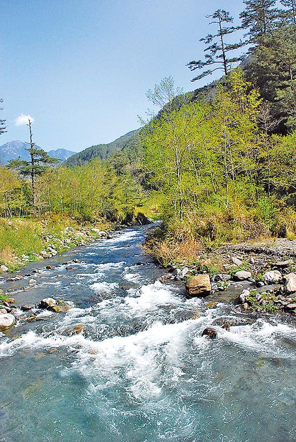 七家灣溪清澈水流。