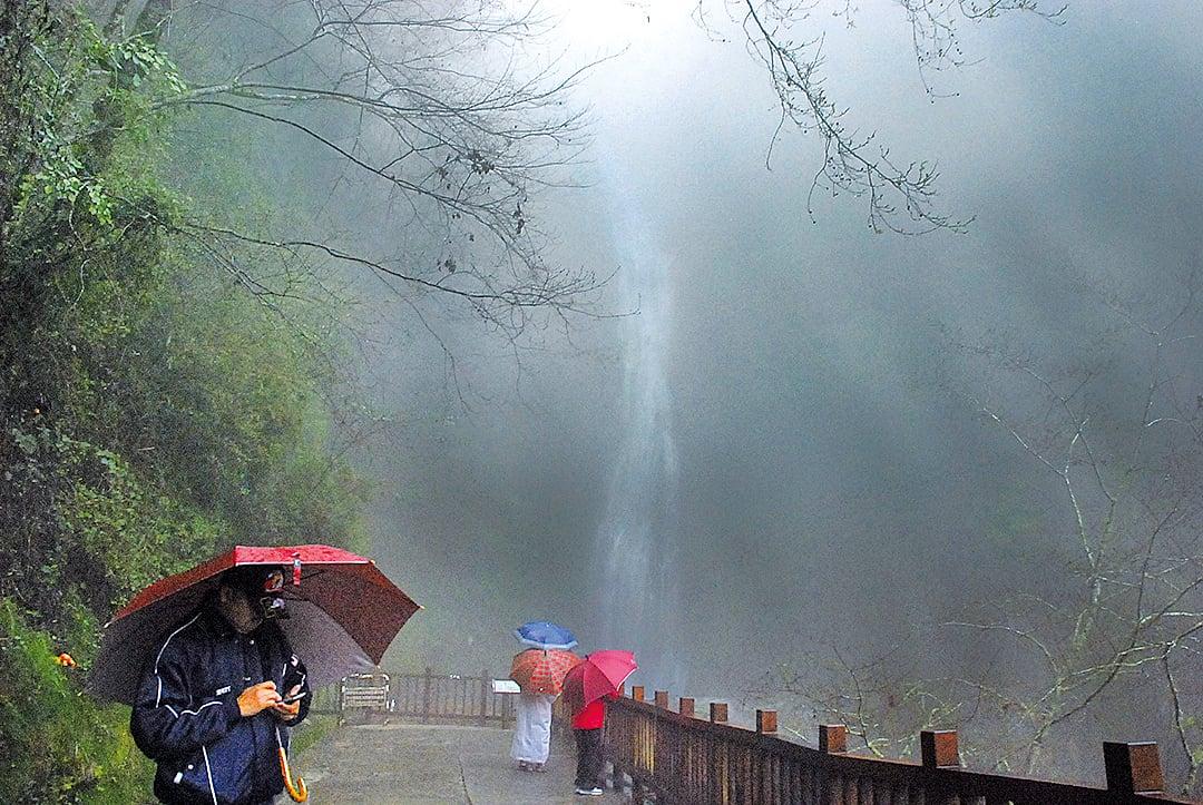 遙望瀑布在山雲霧雨中隨風墜落,如一位智者長鬚
