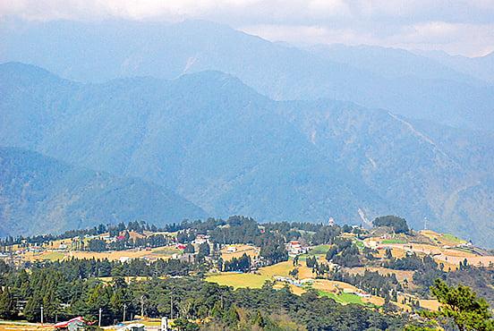 盤旋山中隨處可見翠綠山頭。