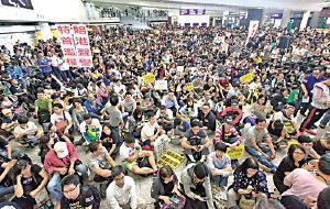 行李門事件曝光後,逾千人到機場靜坐請願,要求與民航處處長對話,以釐清旅客行李安檢正確程序。(大紀元資料圖片)