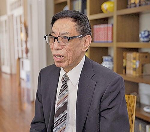 大賽評委會主席、被譽為「中國歌王」的神韻藝術團歌唱家關貴敏先生。(大紀元資料圖片)