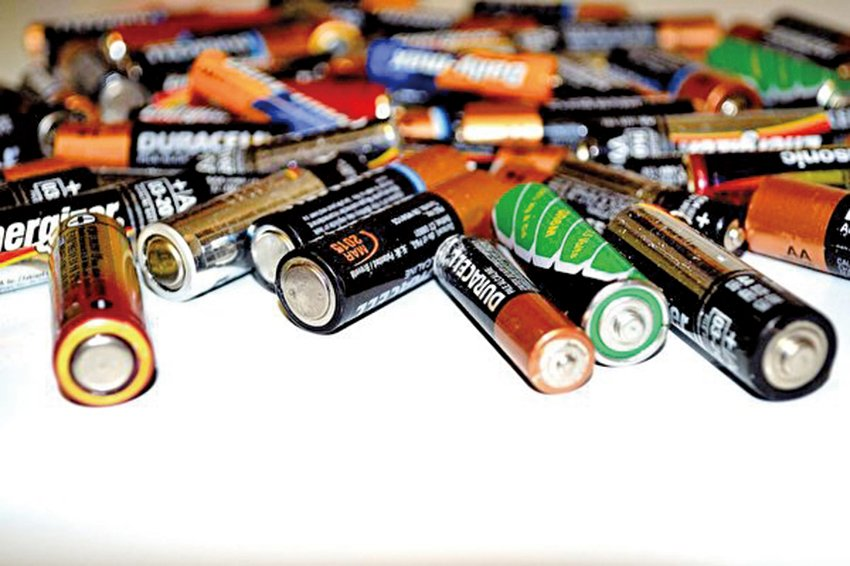 Binghamton University(SUNY)研究組造出一種紙質電池,無需任何特殊條件或輔助製劑即可在水中降解。(Creative Commons)