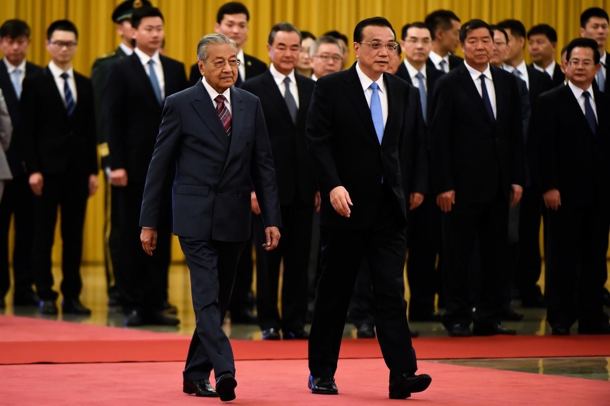中共的標誌性政策「一帶一路」,首度遭到登門「退貨」。馬來西亞新總理馬哈蒂爾(左),8月21日與北京當局達成協議,正式停止一帶一路的兩項合作項目。(WANG ZHAO/AFP/Getty Images)