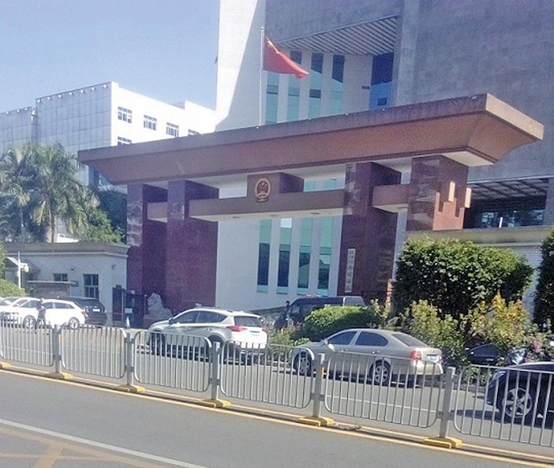 12月月1日,深圳龍崗區法院對兩位科技精英馮少勇和陳澤奇非法庭審。(明慧網)