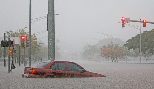 上周四(8月23日),颶風萊恩給夏威夷帶來暴雨。圖為大島希洛(Hilo)市一輛汽車被困洪水中。(Getty Images)