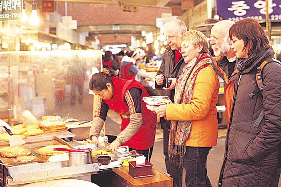 在南大門市場 享受購物樂趣的 外國遊客。