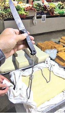 所有餐館、飯店、菜市場、修理廠刀子都用鐵鏈綁上,打上二維碼。(受訪者提供)