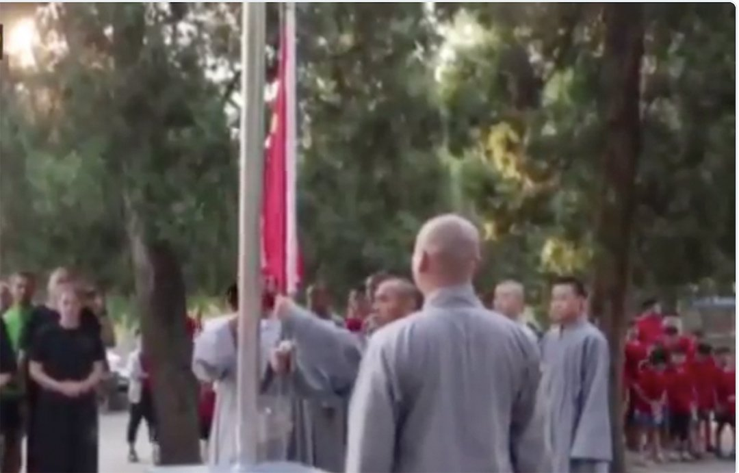 少林寺1500年來第一次舉行升旗儀式被網友指淪陷姓黨。(影片截圖)