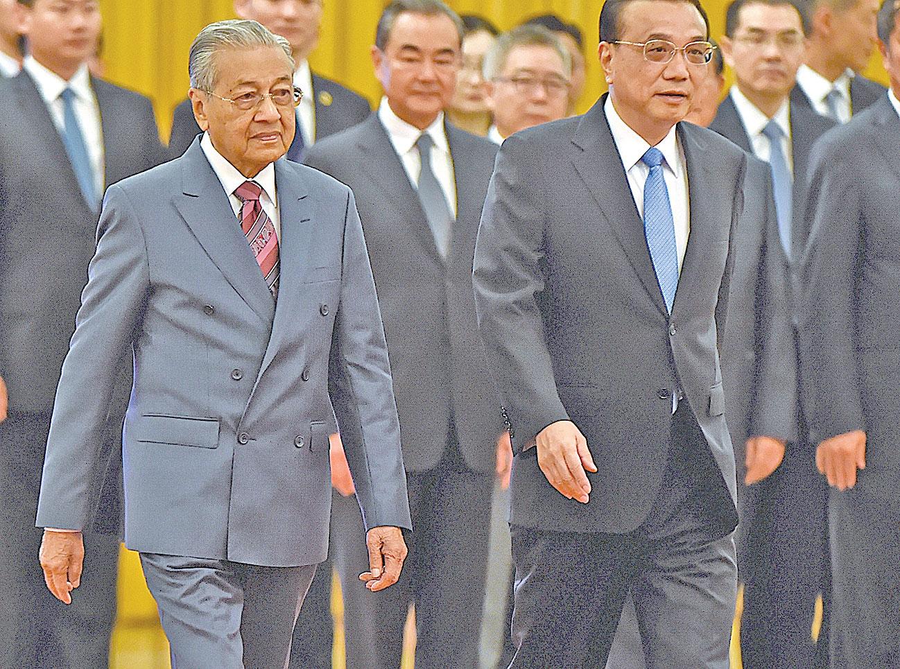 馬來西亞新總理馬哈迪穆罕默德(左),8月21日與北京當局達成協議,正式停止一帶一路的兩項合作項目。(WANG ZHAO/AFP/Getty Images)
