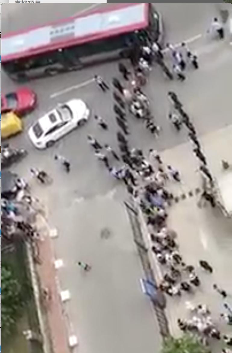 8月6日大陸P2P平台投資受害人集體進京上訪。一早上訪人被北京警方趕到停靠路邊的一輛輛大巴上。當天警方準備了128輛大巴裝金融訪民。(視頻截圖)