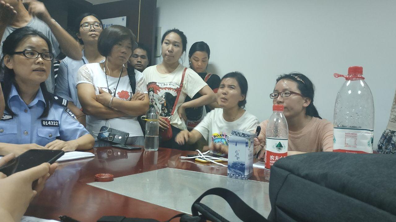 抓錢貓網貸平台受害人上杭州公安局經偵辦維權。只有一名女警察在辦公。(受訪者提供)
