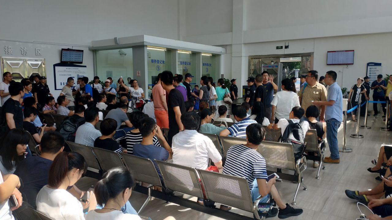 抓錢貓平台投資者在杭州信訪辦維權。(受訪者提供)