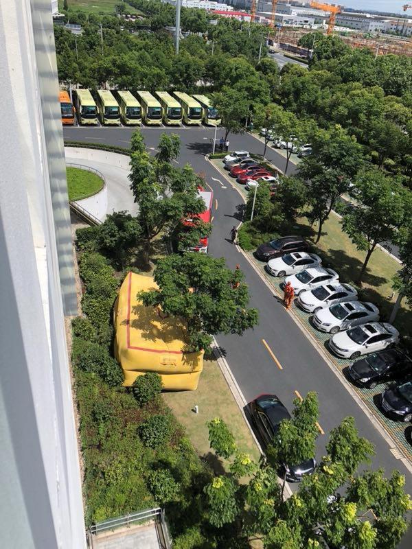 警方準備氣墊以防金融難民從斐訊總部樓頂跳下自殺。(受訪者提供)